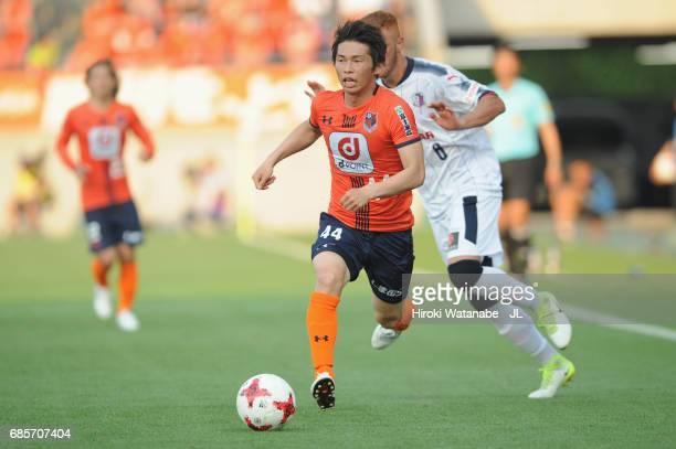 Yusuke Segawa of Omiya Ardija runs with the ball during the JLeague J1 match between Omiya Arija and Cerezo Osaka at NACK 5 Stadim Omiya on May 20...