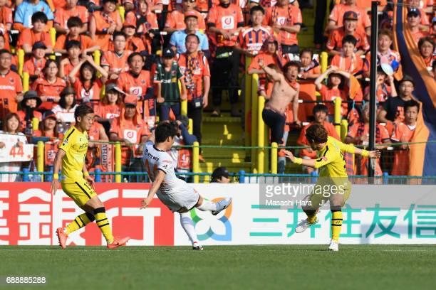 Yusuke Segawa of Omiya Ardija scores his side's second goal during the JLeague J1 match between Kashiwa Reysol and Omiya Ardija at Hitachi Kashiwa...