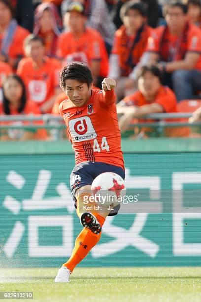 Yusuke Segawa of Omiya Ardija shoots at goal during the JLeague J1 match between Omiya Ardija and Vegalta Sendai at Nack 5 Stadium Omiya on May 14...