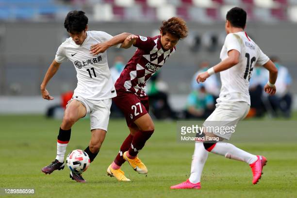 Yuta Goke of Vissel Kobe and Lu Wenjun of Shanghai SIPG compete for the ball during the AFC Champions League Round of 16 match between Vissel Kobe...