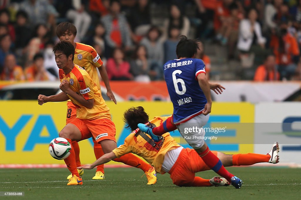 Yuta Mikado of Yokohama F.Marinos scores his team's first goal during the J.League match between Shimizu S-Pulse and Yokohama F.Marinos at IAI Stadium Nihondaira on May 16, 2015 in Shizuoka, Japan.