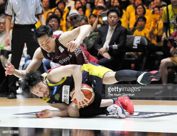 Yuta Tabuse of Tochigi Brex and Ryusei Shinoyama of Kawasaki Brave Thunders compete for the ball during the B League Championship final match between...