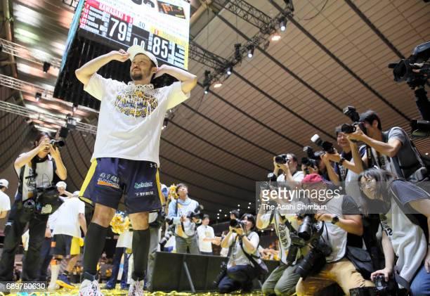 Yuta Tabuse of Tochigi Brex celebrates after winning the B League Championship final match between Kawasaki Brave Thunders and Tochigi Brex at Yoyogi...