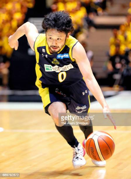 Yuta Tabuse of Tochigi Brex dribbles during the B League Championship final match between Kawasaki Brave Thunders and Tochigi Brex at Yoyogi National...