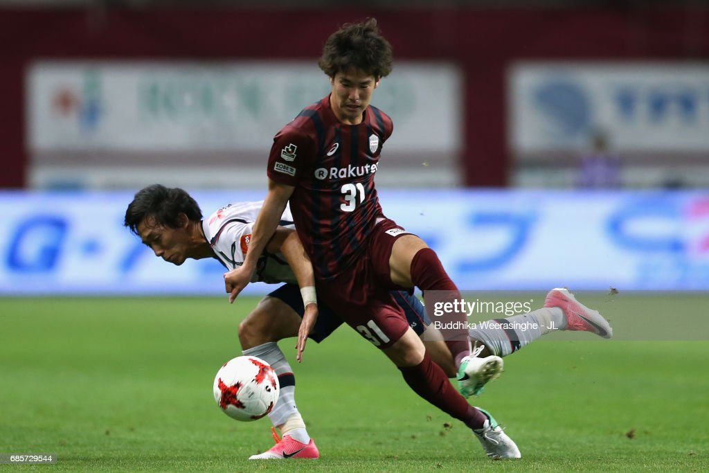 Yuya Nakasaka of Vissel Kobe and Sei Muroya of FC Tokyo compete for the ball during the J.League J1 match between Vissel Kobe and FC Tokyo at Noevir Stadium Kobe on May 20, 2017 in Kobe, Hyogo, Japan.