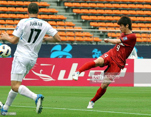 Yuya Osako of Kashima Antlers scores his team's first goal during the AFC Champions League Group H match between Kashima Antlers and Sydney FC at the...