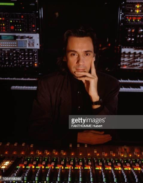Yvelines France Décembre 1991 Le musicien JeanMichel JARRE dans sa maison de CroissysurSeine Ici posant dans son studio d'enregistrement au milieu...