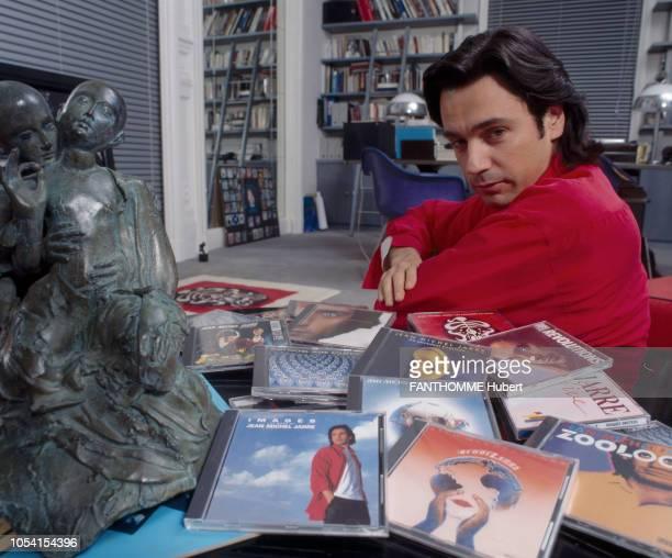 Yvelines France Décembre 1991 Le musicien JeanMichel JARRE dans sa maison de CroissysurSeine Ici posant dans son salon de troisquarts devant ses...