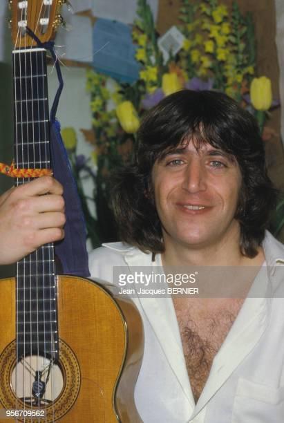 Yves Duteil dans sa loge après son concert à l'Olympia le 4 janvier 1984 à Paris France