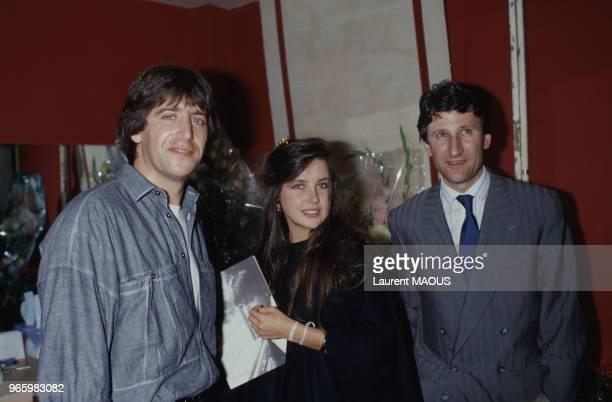 Yves Duteuil en coulisses avec Caroline Grimm et Philippe de Villiers lors de son passage à l'Olympia le 22 octobre 1987 à Paris France