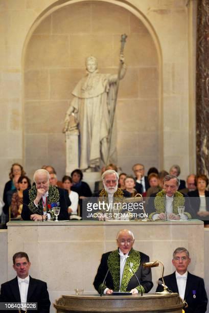 Yves Millecamps peintre de profession tient un discours le 09 octobre 2002 à l'Académie des BeauxArts sous les yeux de Yves Millecamps a été élu ce...
