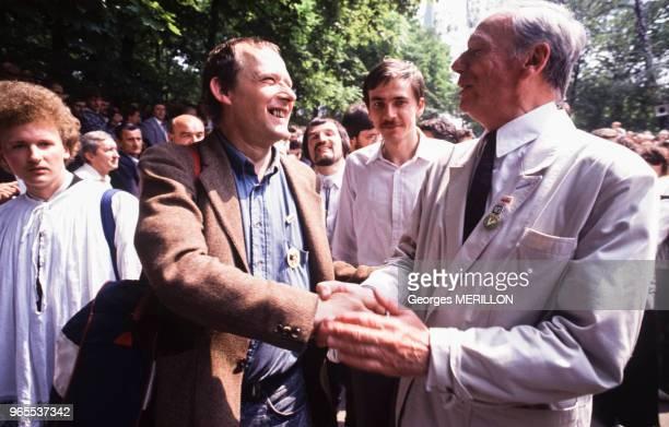 Yves Montand et Adam Michnik à Varsovie lors des élections présidentielles le 28 mai 1989 Pologne