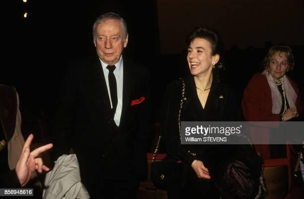 Yves Montand et sa compagne Carole Amiel a la premiere du film 'Netchaiev est de retour' realise par Jacques Deray le 22 janvier 1991 a Paris France