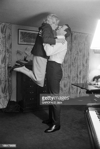 Yves Montand Meet Again Simone Signoret Back Froma Shooting In Italy France Paris 7 juillet 1960 l'actrice Simone SIGNORET rentre d'un tournage à...