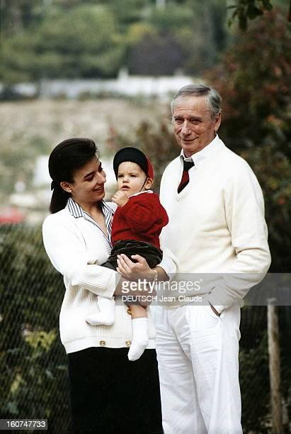 Yves Montand With Family Yves MONTAND auprès de sa compagne Carole AMIEL tenant dans ses bras leur fils Valentin à SaintPauldeVence en 1989