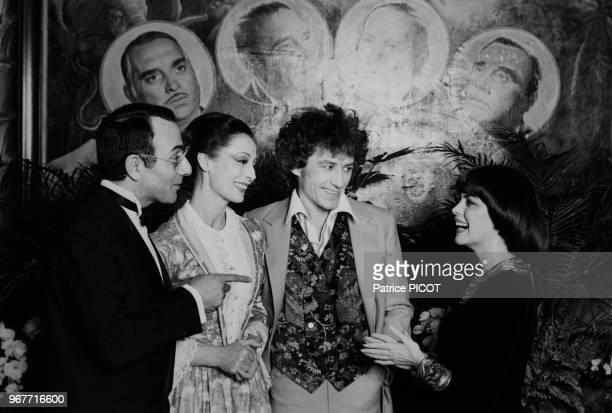 Yves Mourousi et Mireille Mathieu félécitentClaudine Coster et JeanLuc Moreau à la 1ère de 'Barnum' à Paris le 26 mars 1981 France