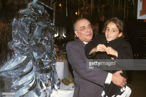 Yves Mourousi tient sa fille Sophie dans ses bras lors d'une première en novembre 1994 à Paris France