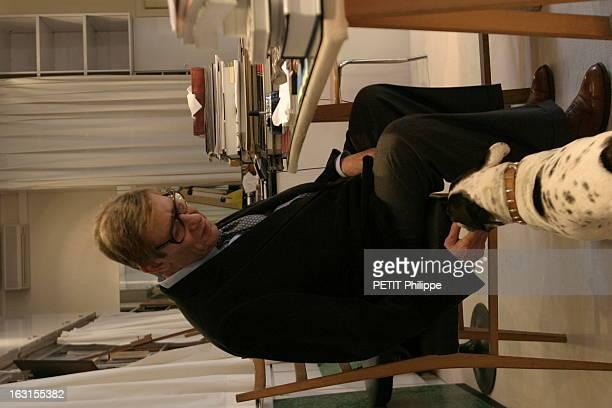 Yves Saint Laurent Exhibition At The Foundation Pierre BergeYves Saint Laurent Paris 4 mars 2004 Yves SAINT LAURENT dans son bureau de l'avenue...