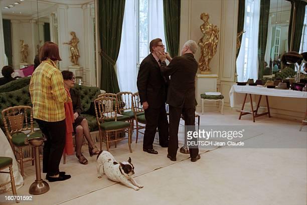 Yves Saint Laurent Prepares His Fallwinter 19992000 Couture Collection En juillet 1999 Yves SAINT LAURENT supervise les préparatifs du défilé de la...