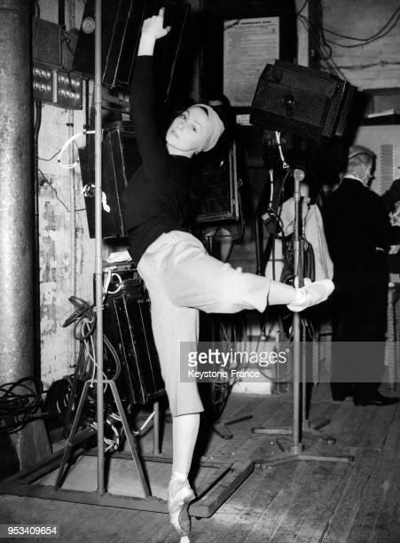 Yvette Chauviré répétant au théâtre Stoll à Londres RoyaumeUni le 8 novembre 1950 Elle porte le pantalon 'Coréen' spécialement créé pour elle par...