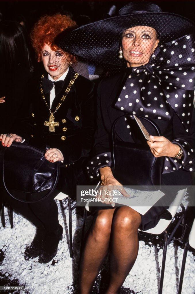Yvette Horner et Sophia Loren lors du défilé Jean-Paul Gaultier pour la collection Prêt-à-Porter, Automne-Hiver 1994-95 à Paris en mars 1994, France.