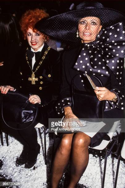 Yvette Horner et Sophia Loren lors du défilé JeanPaul Gaultier pour la collection PrêtàPorter AutomneHiver 199495 à Paris en mars 1994 France