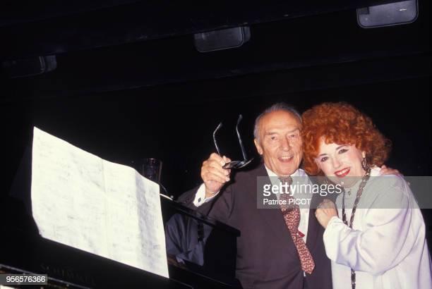 Yvette Horner félicite son mari Loulou Gasté pour la sortie de son premire 45 tours le 2 juillet 1990 à Paris France