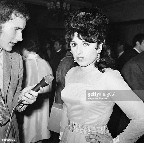 Yvette Horner répondant aux questions d'un journaliste après avoir reçu son disque d'or à Paris France le 13 octobre 1967