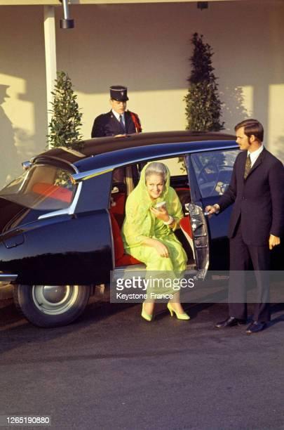 Yvette Labrousse, la bégum Aga Khan III sortant de la voiture pour assister au mariage de Karim Aga Khan IV en 1969.