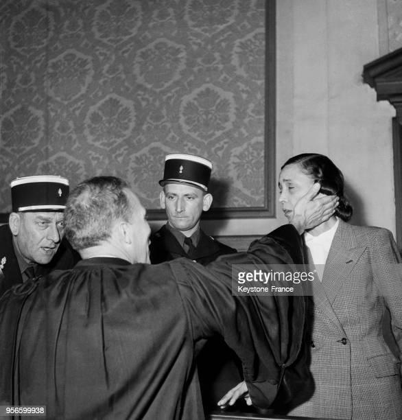 Yvonne Chevallier avec son avocat maître Acquaviva vient d'être acquittée par les assises de la Marne à Reims le 6 novembre 1952