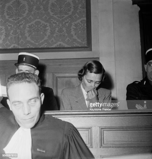 Yvonne Chevallier pleure pendant son interrogatoire lors de son procès aux assises de la Marne à Reims en novembre 1952