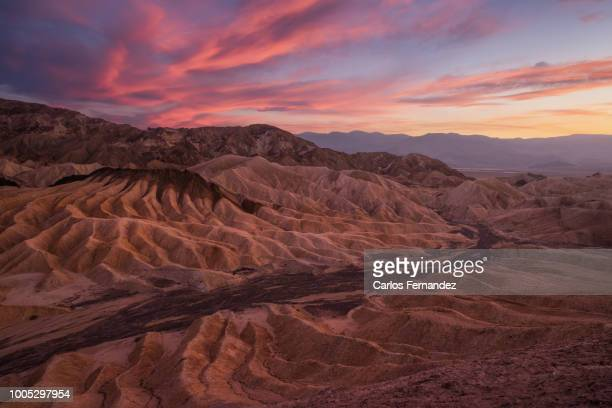 zabriskie point at sunset, death valley - death valley photos et images de collection