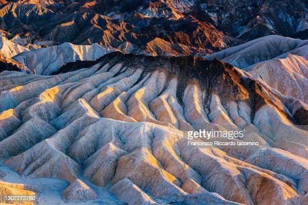 zabriskie point, death valley rock formation at sunset - francesco riccardo iacomino united states foto e immagini stock