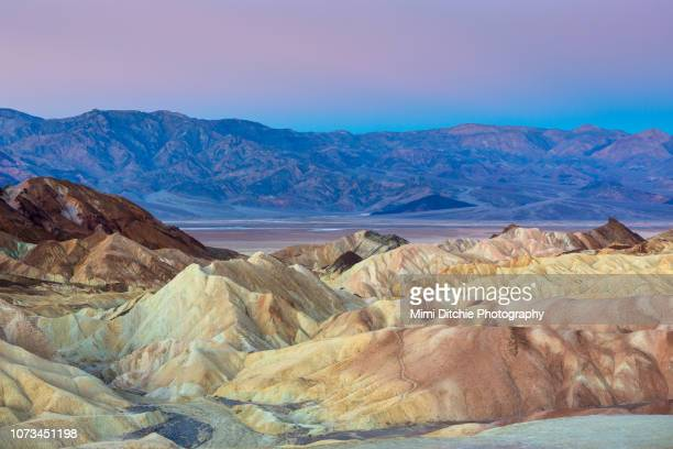 zabriskie point in death valley at dawn - death valley photos et images de collection