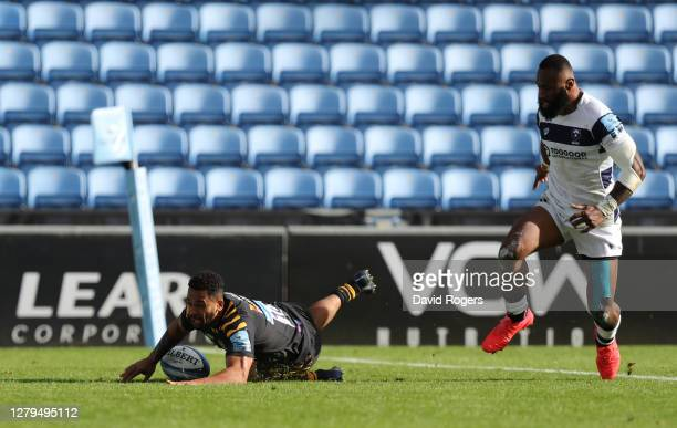 Zach Kibirige of Wasps scores a try during the Gallagher Premiership Rugby first semi-final match between Wasps and Bristol Bears at Ricoh Arena on...