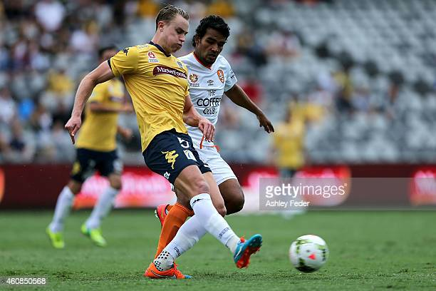 Zachary Anderson of the Mariners contests the ball against Jean Carlos Solorzano of the Roar during the round 13 A-League match between the Central...