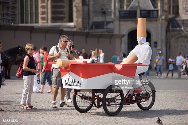 Zack Neil talks to tourists in down town Amsterdam on August 19 2009 in Amsterdam Netherlands Zack Neil informs inhabitants and tourists about the...