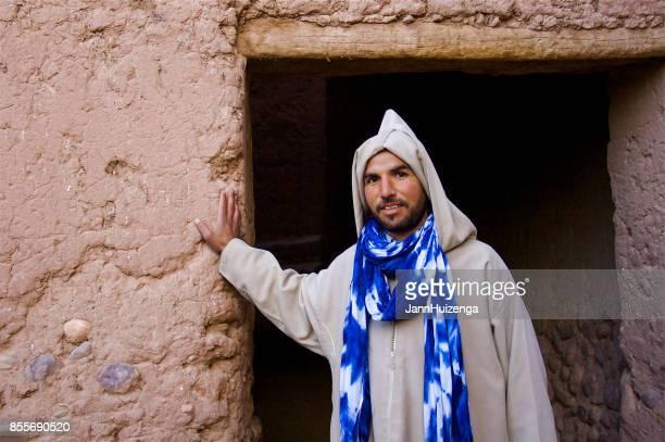 zagora, maroc: tapis vendeur en burnous hors adobe doorwat - homme marocain photos et images de collection