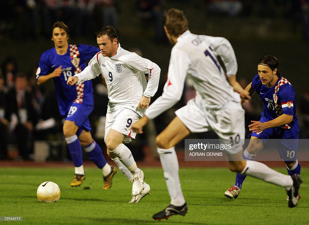 England's Wayne Rooney (2nd L) runs at the Croatian defence during the Group E European Championships qualifying football match at Maksimir Stadium in Zagreb 11 October 2006.