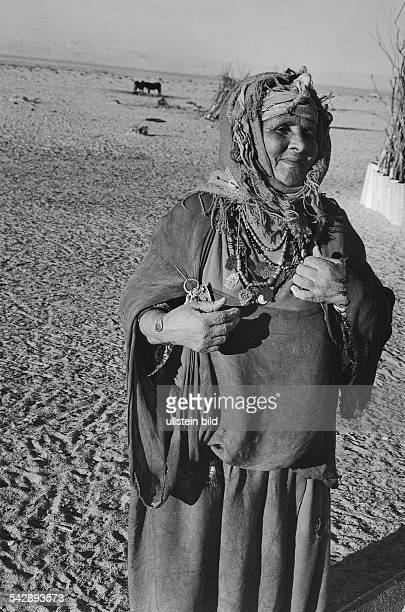 Zahlreiche Halsketten schmücken eine alte Beduinenfrau Undatiertes Foto