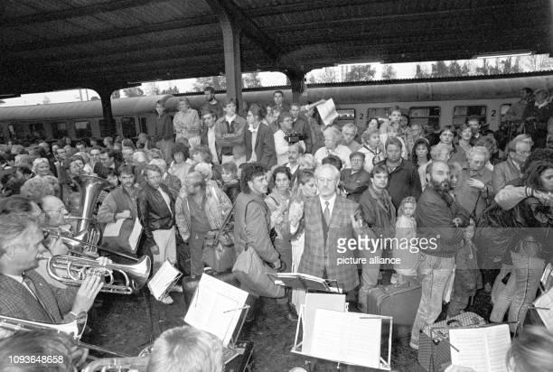 Zahlreiche Menschen begrüßen am über 800 DDRFlüchtlinge die mit einem Sonderzug aus Warschau über das Staatsgebiet der DDR gereist sind und auf dem...
