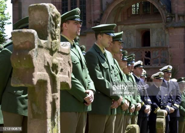 Zahlreiche Polizisten verfolgen am 2962000 vor der katholischen St ValentinusKirche in Kiedrich bei Wiesbaden den über Lautsprecher nach außen...
