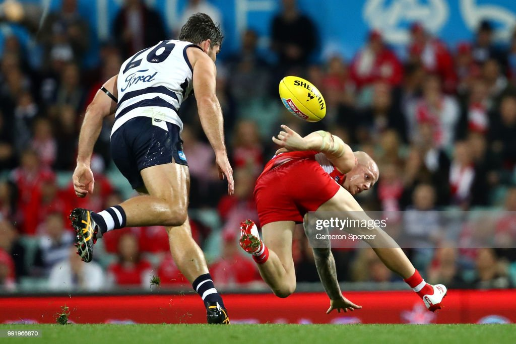 Zak Jones of the Swans juggles the ball during the round 16 AFL match between the Sydney Swans and the Geelong Cats at Sydney Cricket Ground on July 5, 2018 in Sydney, Australia.