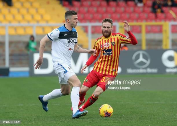 Zan Majer of Lecce competes for the ball with Robin Gosens of Atalanta during the Serie A match between US Lecce and Atalanta BC at Stadio Via del...