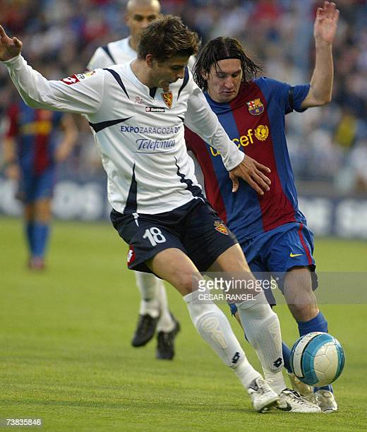 Barcelona's Lionel Messi vies with Zaragoza's Pique during a Spanish league football match at the Romareda Stadium in Zaragoza, 07 April 2007. AFP...
