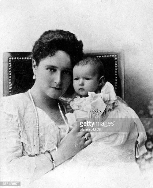 Zarin Alexandra Feodorowna ursprüngl Alice von Hessen mit ihrer jüngsten Tochter Anastasia 1901