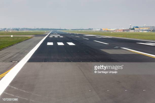 zaventem airport runway - zaventem airport stock pictures, royalty-free photos & images