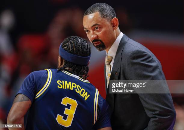 Zavier Simpson talks with Head coach Juwan Howard of the Michigan Wolverines during the game against the Illinois Fighting Illini at State Farm...