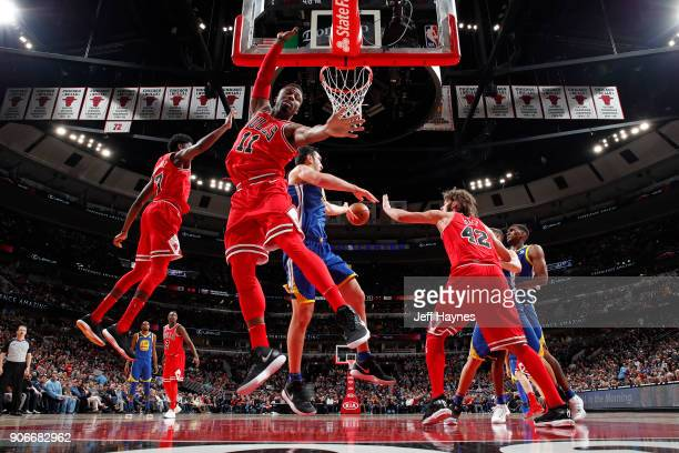Zaza Pachulia passes the ball to Kevon Looney of the Golden State Warriors during the game against the Chicago Bulls on January 17 2018 at the United...