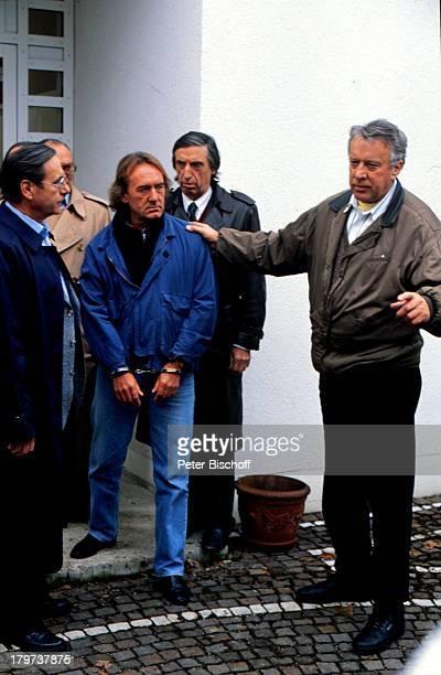 ZDFKrimiSerie 'Soko 5113' Kriminalobermeister Schickl und seine Kollegen Göttmann 'MordMayer' und Kriminalhauptkommissar Sudmann bei der Verhaftung...